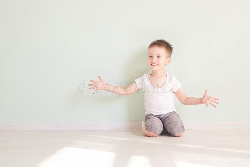 Szczęśliwy śliczny dziecko dosięga out jego palmy i łapanie coś zdjęcia royalty free