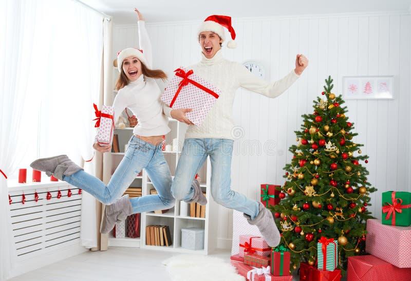Szczęśliwy śmieszny rodzinny pary doskakiwanie i mieć przy zabawa na bożych narodzeniach fotografia stock