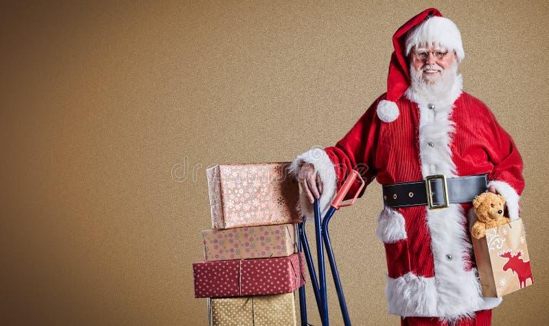 Szczęśliwy Święty Mikołaj dostarcza teraźniejszość z tramwajem w pocztowym temacie z prostą tła i kopii przestrzenią zdjęcia stock