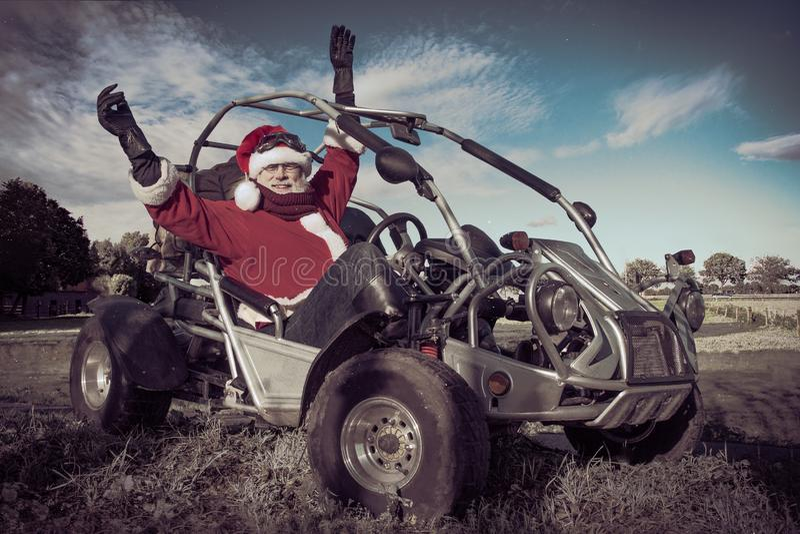 Szczęśliwy Święty Mikołaj jedzie powozika fotografia stock