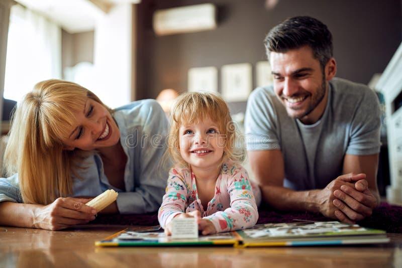 Szczęśliwy żeński dziecko z rodzicami obraz stock