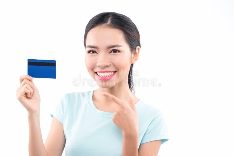Szczęśliwy żeński kupujący trzyma kredytową kartę ono uśmiecha się i zdjęcia royalty free