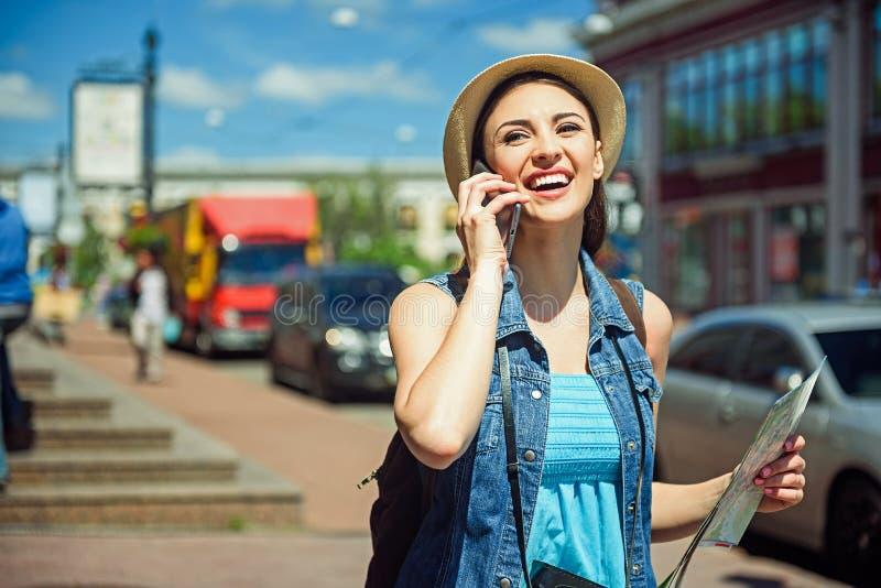 Szczęśliwy żeński turysta komunikuje na telefonie fotografia royalty free