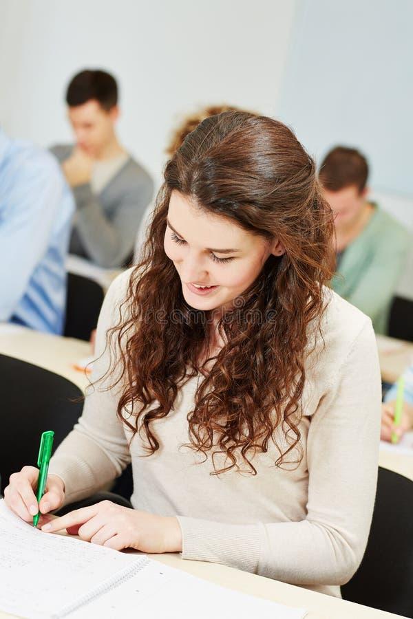 Uczeń bierze notatki w uniwersytecie fotografia stock