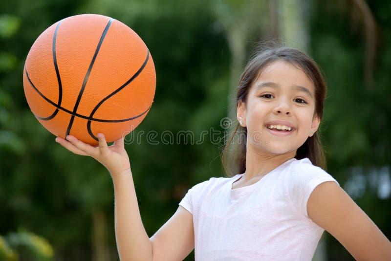Szcz??liwy ?e?skiej atlety dziecka gracz koszyk fotografia royalty free