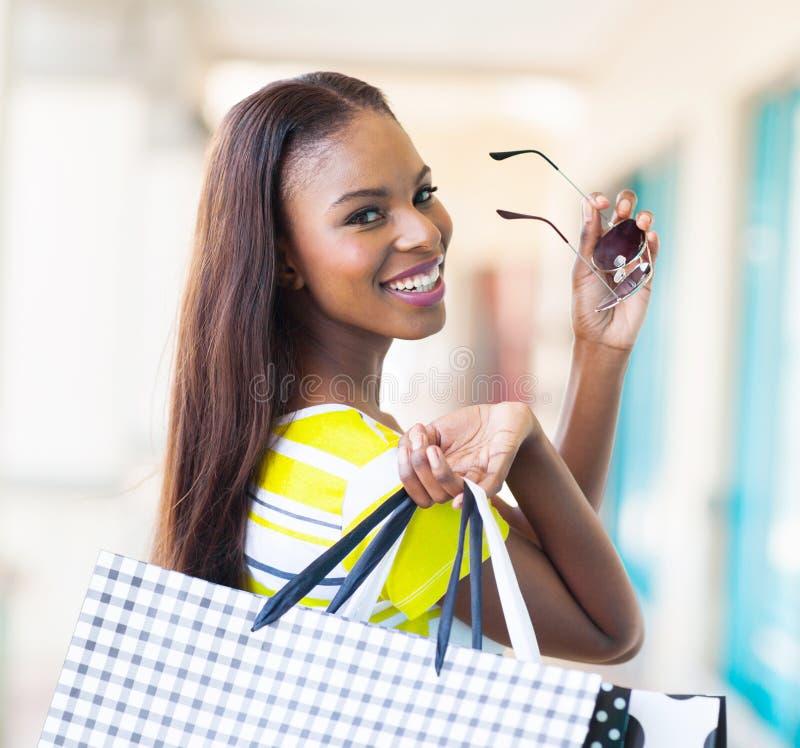 Szczęśliwy afrykański kupujący obrazy royalty free