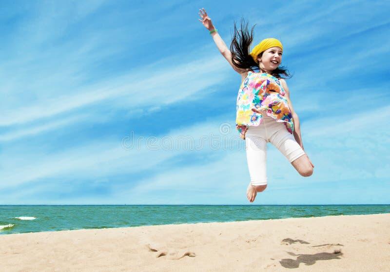 Szczęśliwy aktywny dziewczyny doskakiwanie obrazy stock