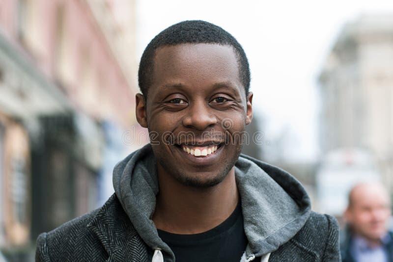 szczęśliwy Amerykanin afrykańskiego pochodzenia mężczyzna emoci mody model target818_0_ pozytywnego snowdrift drewno obrazy royalty free