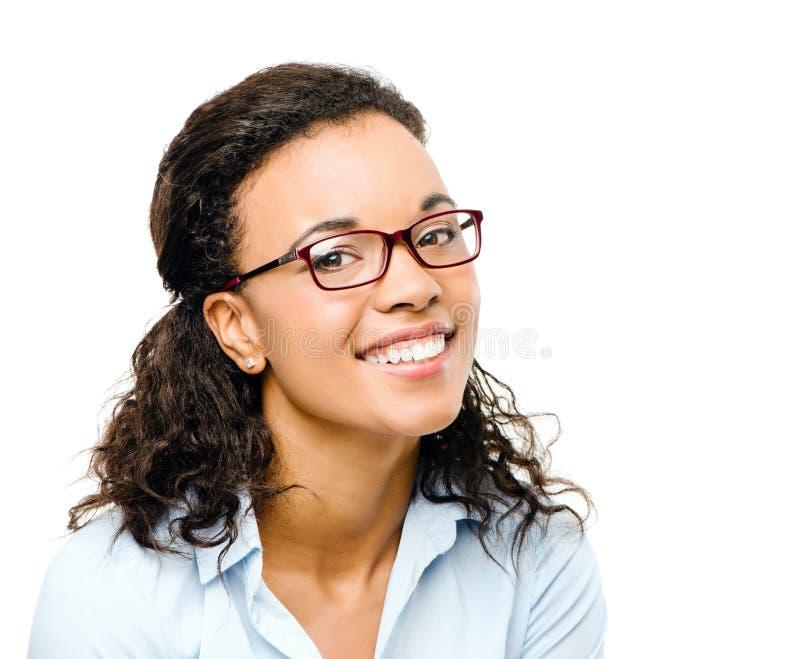 Szczęśliwy amerykanina afrykańskiego pochodzenia bizneswomanu ono uśmiecha się odizolowywam na białym b zdjęcia royalty free