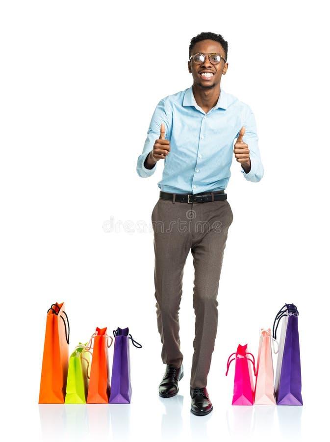 Szczęśliwy amerykanina afrykańskiego pochodzenia mężczyzna z torba na zakupy na białym backgroun fotografia stock
