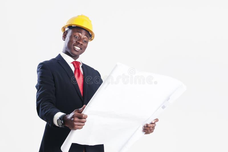 Szczęśliwy amerykanina afrykańskiego pochodzenia pracownika budowlanego mienia projekt obrazy stock