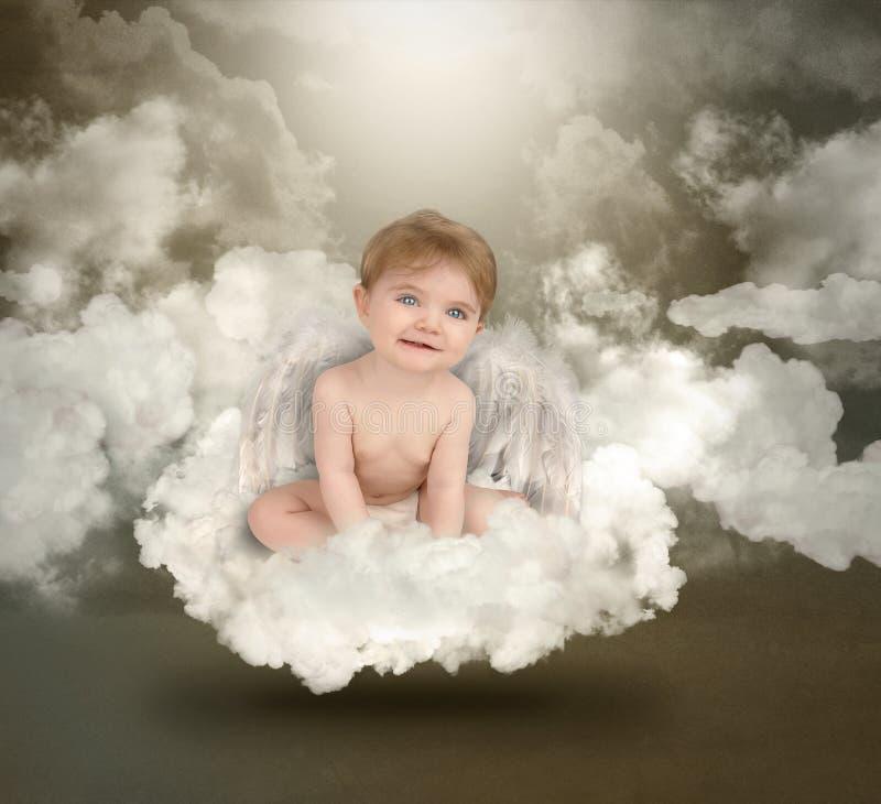 Szczęśliwy anioła dziecka obsiadanie na chmurach zdjęcie stock