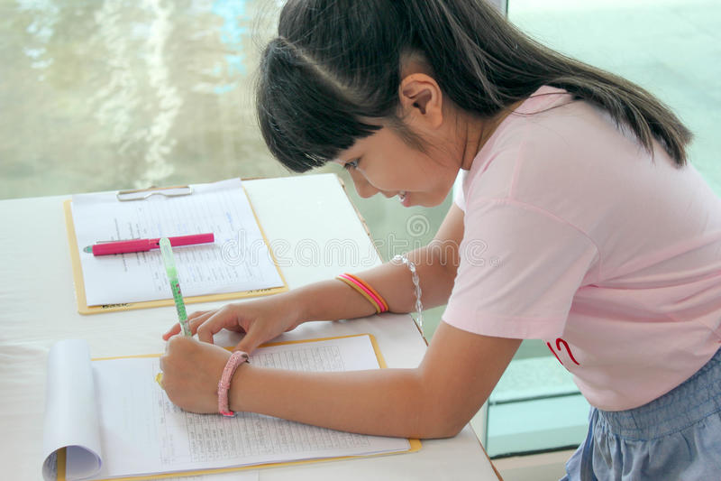 Szczęśliwy Azjatycki dzieciaka writing zdjęcia stock