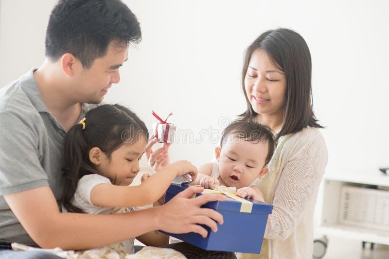 Szczęśliwy Azjatycki rodziny i prezenta pudełko obraz royalty free