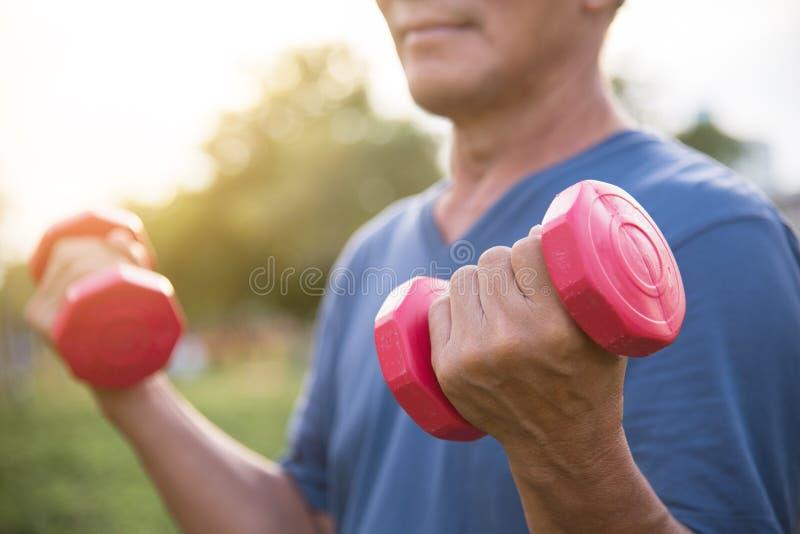 Szczęśliwy Azjatycki Starszego mężczyzna ćwiczyć zdjęcie royalty free