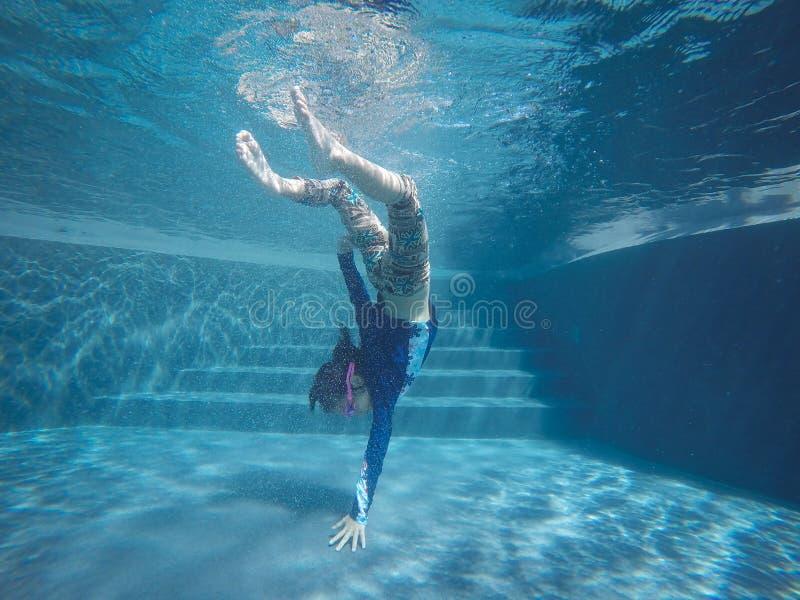 Szczęśliwy azjatykci dziewczyny pływanie i nur podwodni, lato rodzinny wakacje z dzieckiem, relaksujemy, zabawy aktywność zdjęcia royalty free