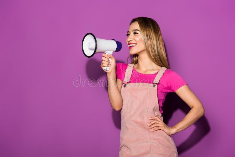 szczęśliwy azjatykci kobieta model z megafonem fotografia stock