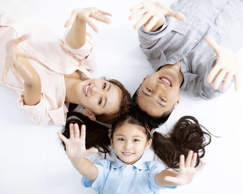 Szczęśliwy azjatykci Rodzinny lying on the beach na podłodze zdjęcia royalty free