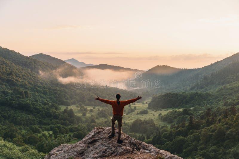 Szczęśliwy badacz w górach obrazy royalty free