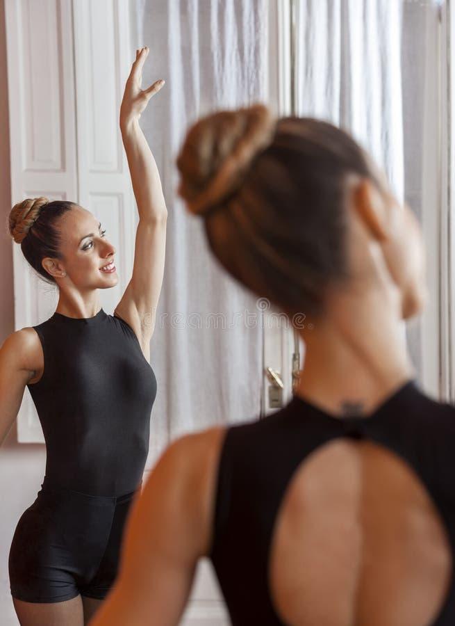 Szczęśliwy Baletniczy tana spełnianie W Stażowym pokoju obraz royalty free