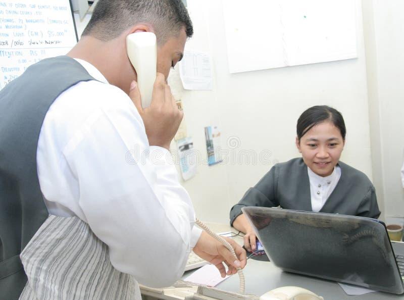 szczęśliwy biurowy działanie fotografia royalty free