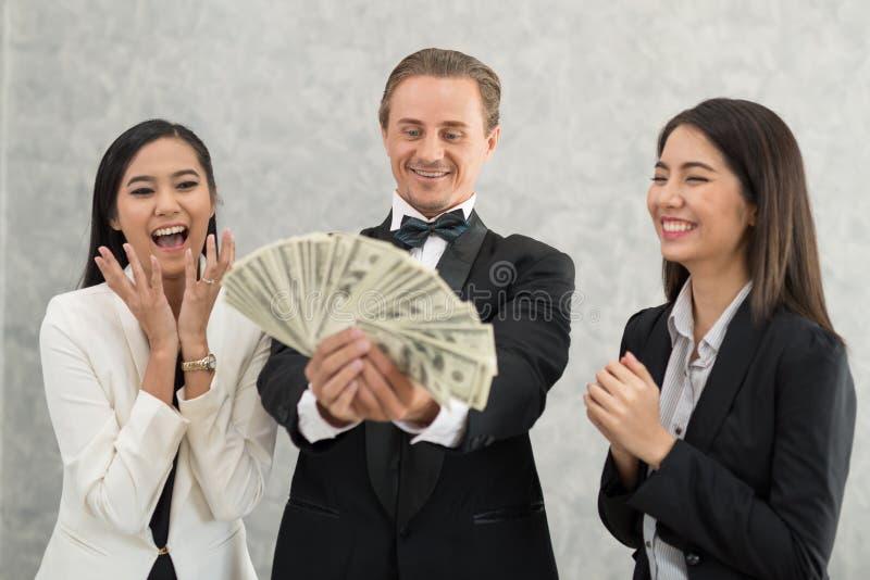 Szczęśliwy biznesmen i bizneswoman z pieniądze seansem successf obrazy stock