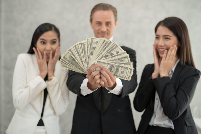 Szczęśliwy biznesmen i bizneswoman z pieniądze seansem successf zdjęcia royalty free