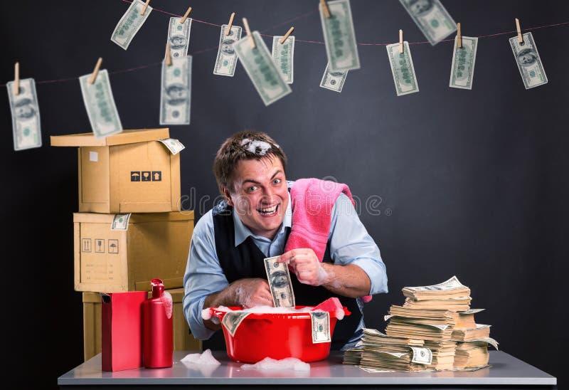 Szczęśliwy biznesmen jest pralniczym pieniądze zdjęcie stock
