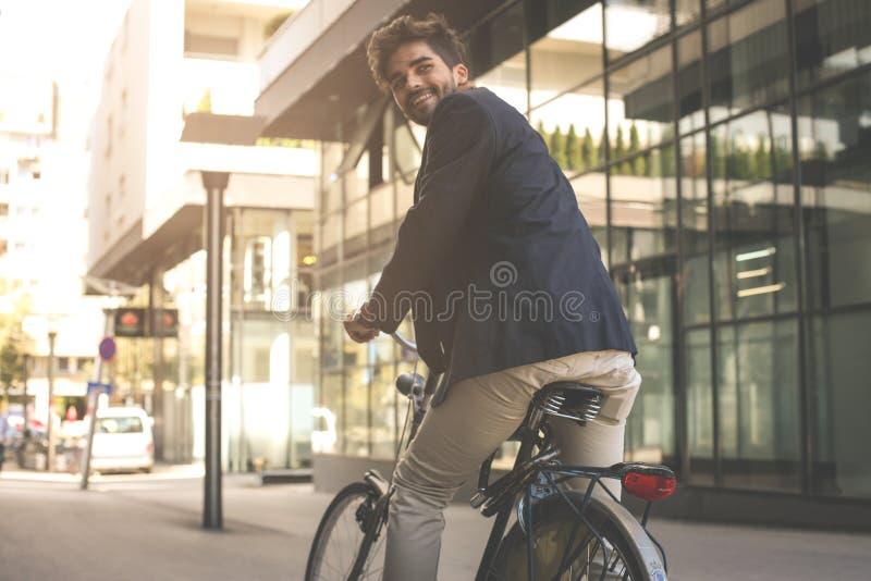 Szczęśliwy biznesmen na rowerze Biznesowy mężczyzna opuszcza jego pracę od zdjęcia royalty free