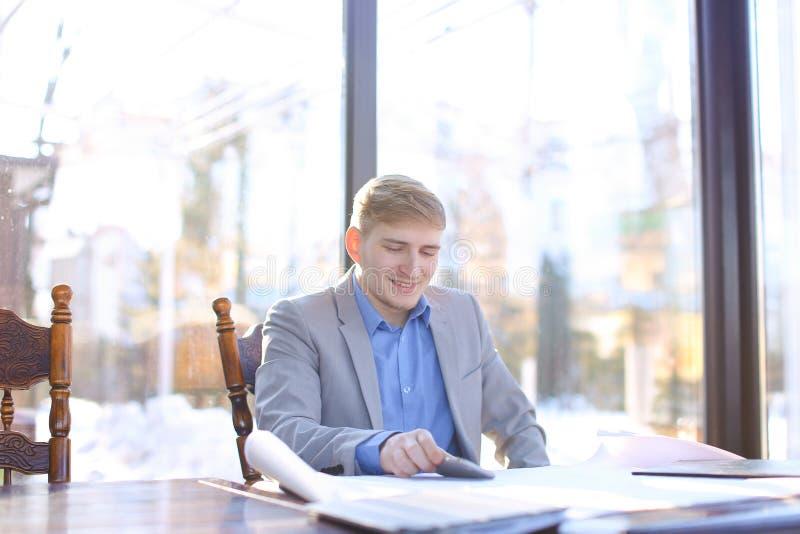 Szczęśliwy biznesmen opowiada smartphone o szkicu projekcie przy c obrazy royalty free