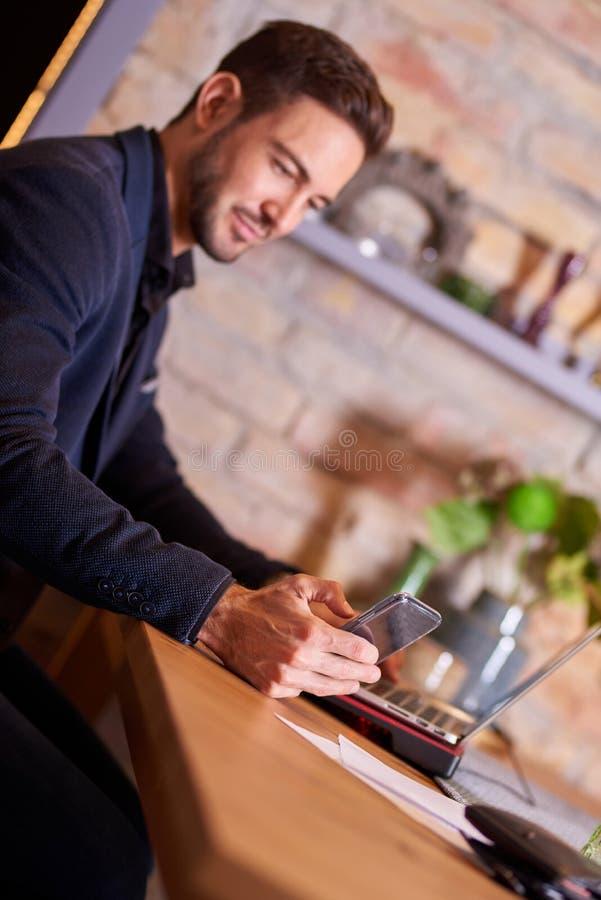 Szczęśliwy biznesmen z smartphone zdjęcie royalty free