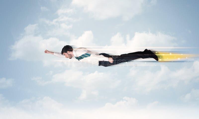 Szczęśliwy biznesowego mężczyzna latania post na niebie między chmurami obrazy stock