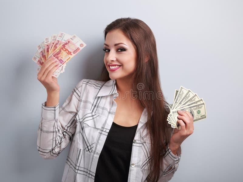 Szczęśliwy biznesowej kobiety główkowanie który waluta wybierać, dolary o fotografia royalty free