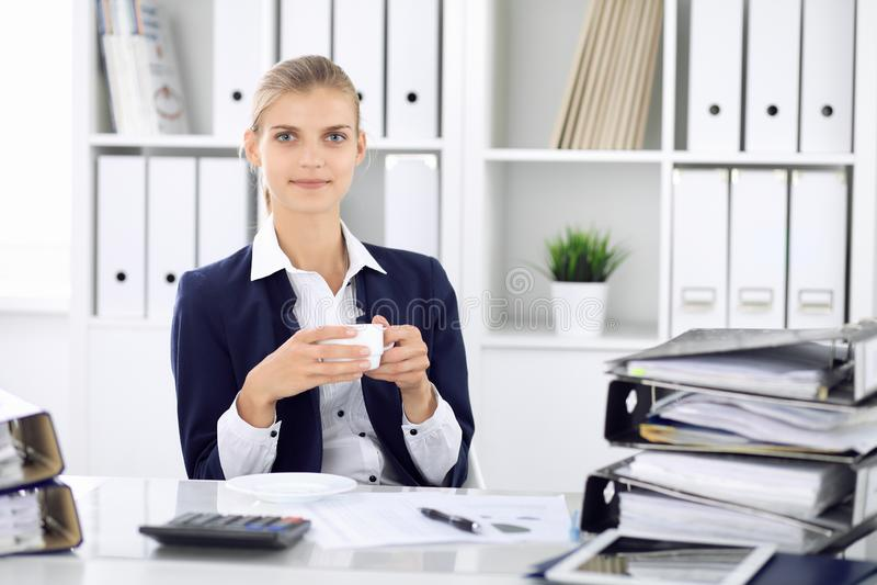 Szczęśliwy biznesowej kobiety, kobiety księgowy ma niektóre minuty dla z przy pracującym miejscem lub Rewizja i podatek obraz stock