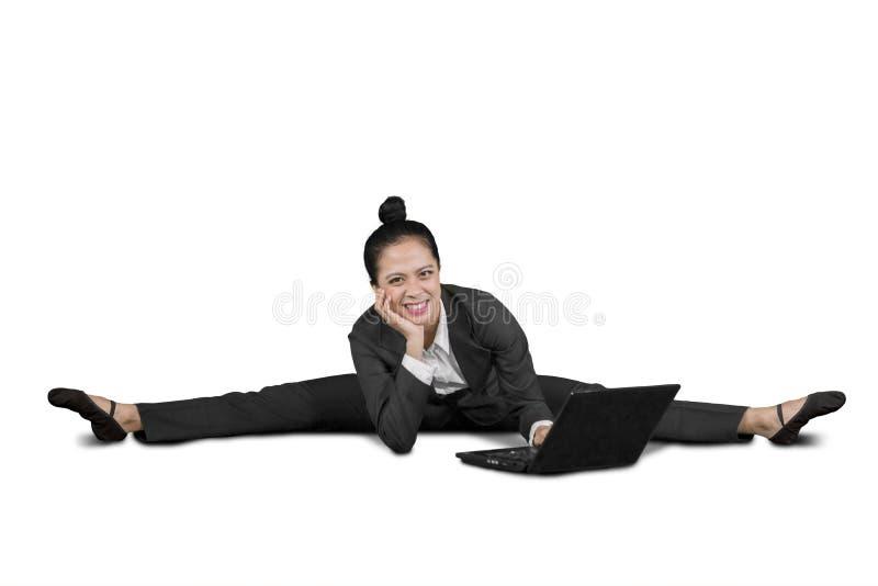 Szczęśliwy biznesowej kobiety obsiadanie w rozłamach na studiu obraz stock