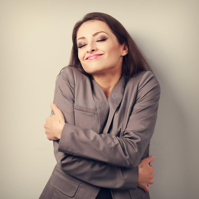 Szczęśliwy biznesowej kobiety przytulenie herself z zamkniętymi oczami i naturą obraz stock