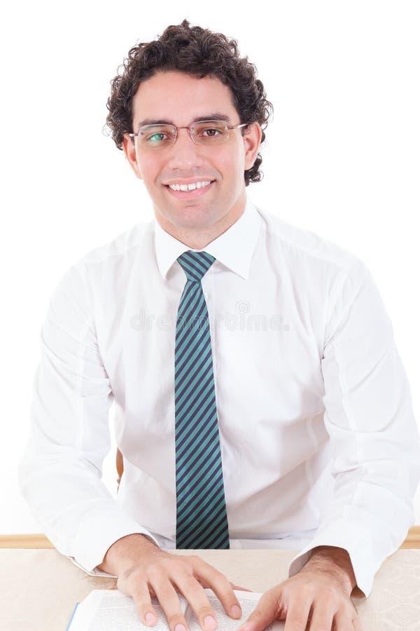 Szczęśliwy biznesowy mężczyzna jest ubranym krawat uśmiechniętą czytelniczą książkę zdjęcia stock
