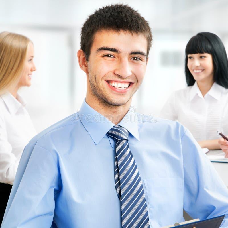 Szczęśliwy biznesowy mężczyzna z kolegami zdjęcie stock