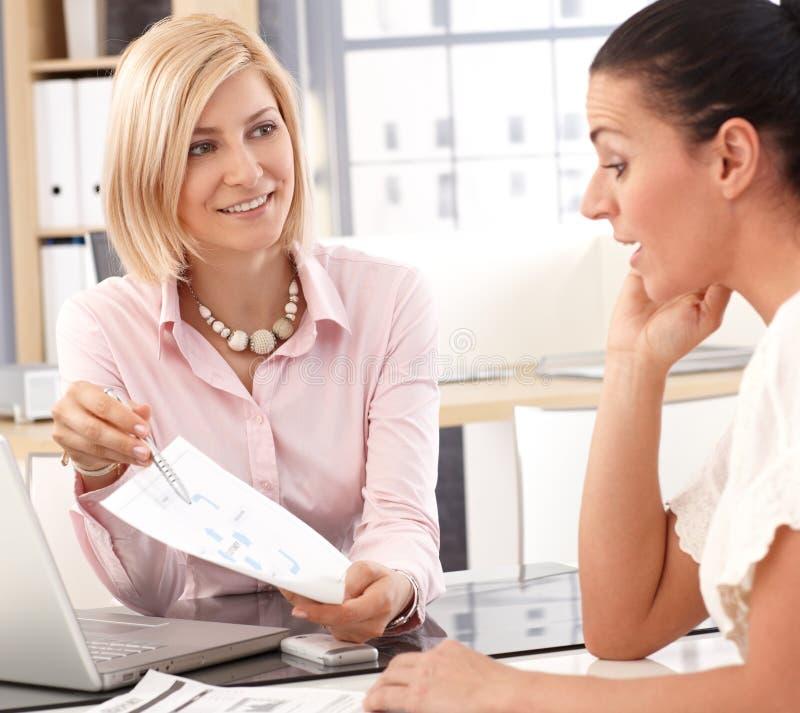 Szczęśliwy bizneswoman ma spotkania przy biurem obrazy stock