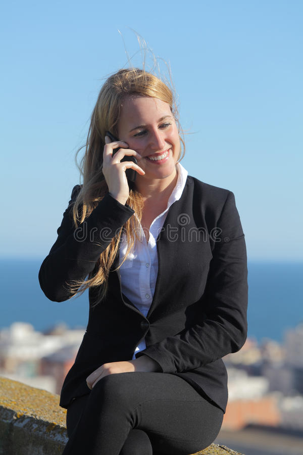 Szczęśliwy bizneswoman na telefonie komórkowym obrazy royalty free