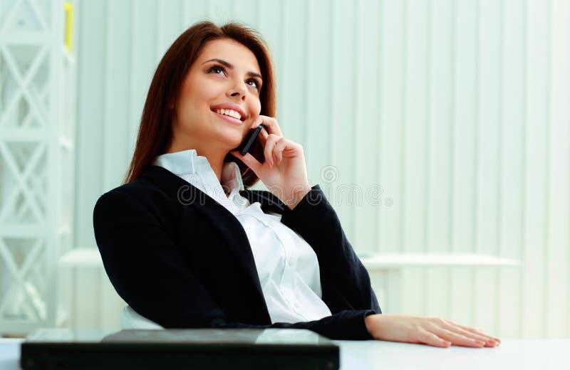 Szczęśliwy bizneswoman opowiada na telefonie zdjęcie royalty free