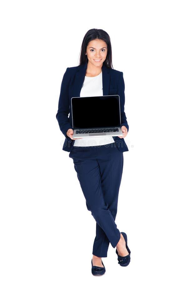 Szczęśliwy bizneswoman pokazuje pustego laptopu ekran obraz stock