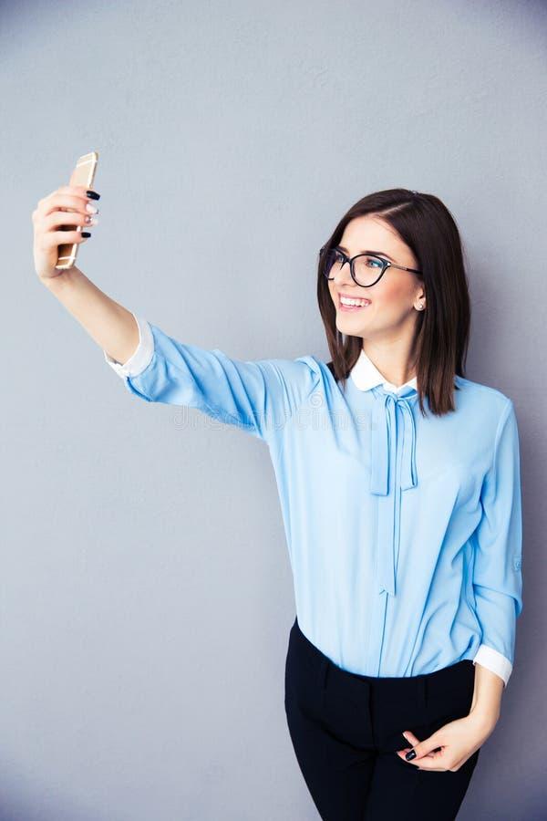 Szczęśliwy bizneswoman robi selfie fotografii zdjęcie royalty free