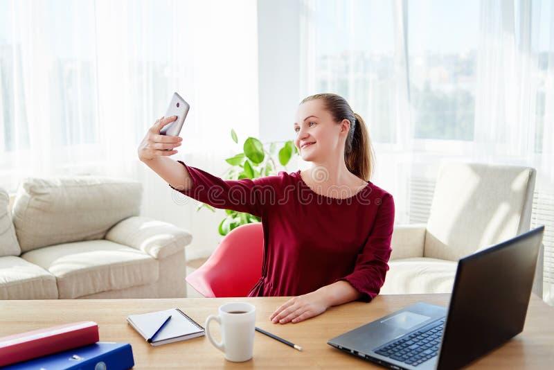 Szczęśliwy bizneswoman robi selfie fotografii na kamerze w nowożytnym biurze, kopii przestrzeń obraz stock