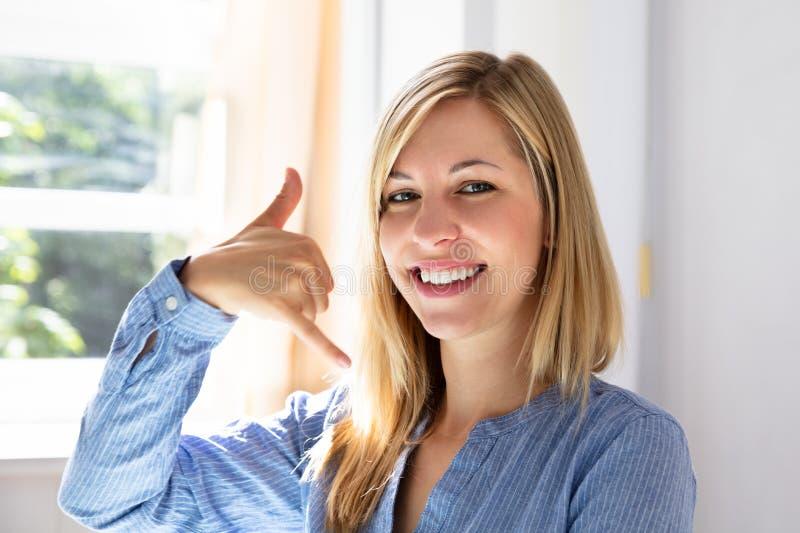 Szcz??liwy bizneswoman Robi wezwaniu Ja gest obraz stock