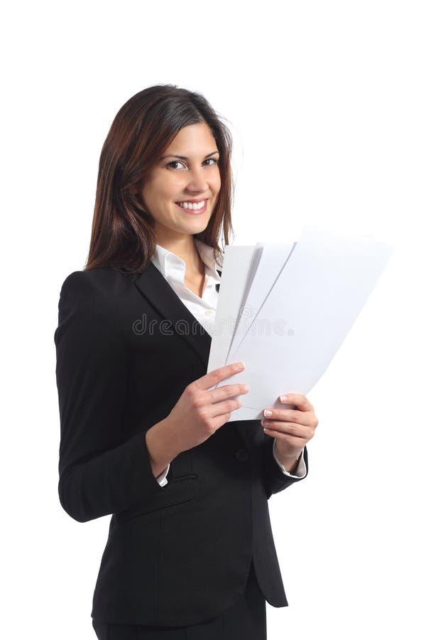 Szczęśliwy bizneswoman trzyma raport i patrzeje kamerę zdjęcie stock