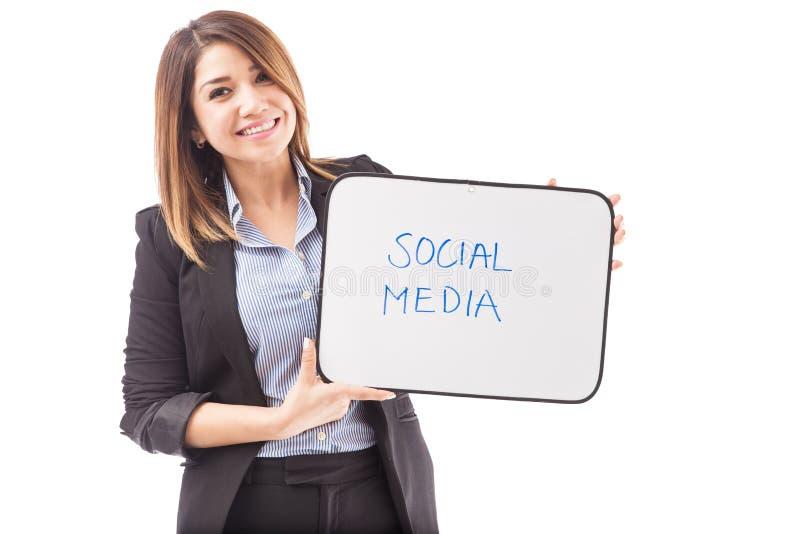 Szczęśliwy bizneswoman z teksta socjalny środkami zdjęcia royalty free