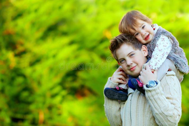 Szczęśliwy brat i siostra bawić się outdoors fotografia royalty free