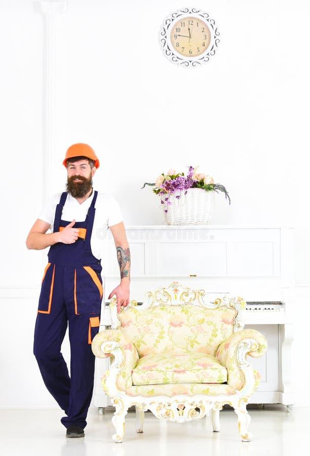 Szczęśliwy budowniczy przenosi rocznika karło przed odmalowywaniem Uśmiechnięta wnioskodawca z kciukiem up odizolowywającym na bi zdjęcie royalty free