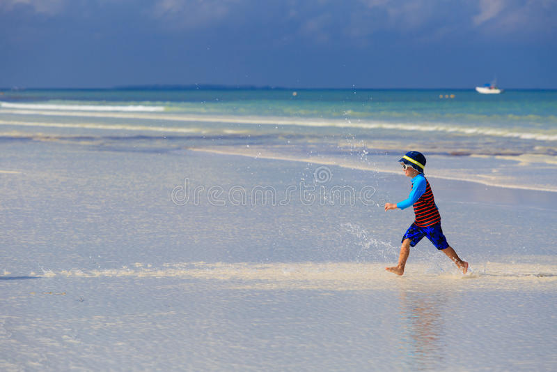 Download Szczęśliwy Chłopiec Bieg Na Lato Plaży Zdjęcie Stock - Obraz złożonej z plaża, bieg: 53792128